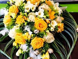 Blumen als Hochzeitsschmuck für das Auto