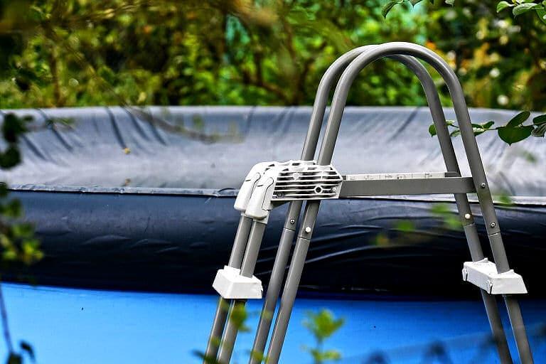 Gartengestaltung mit Pool und Poolabdeckung