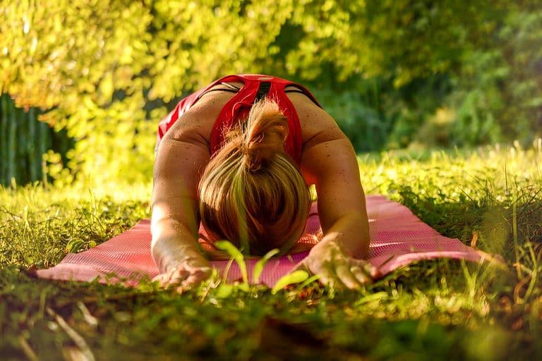 Zur Ruhe kommen durch Yoga und ruhiges Atmen