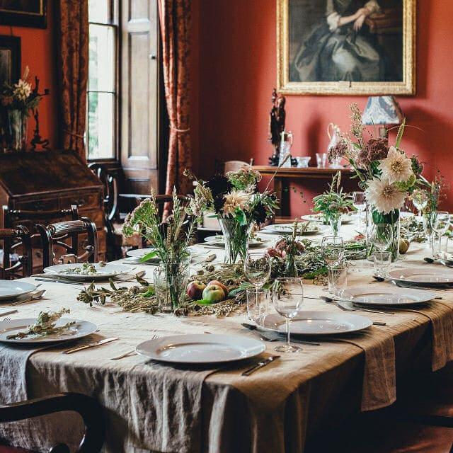 Traditionelles Esszimmer mit festlich gedecktem Tisch