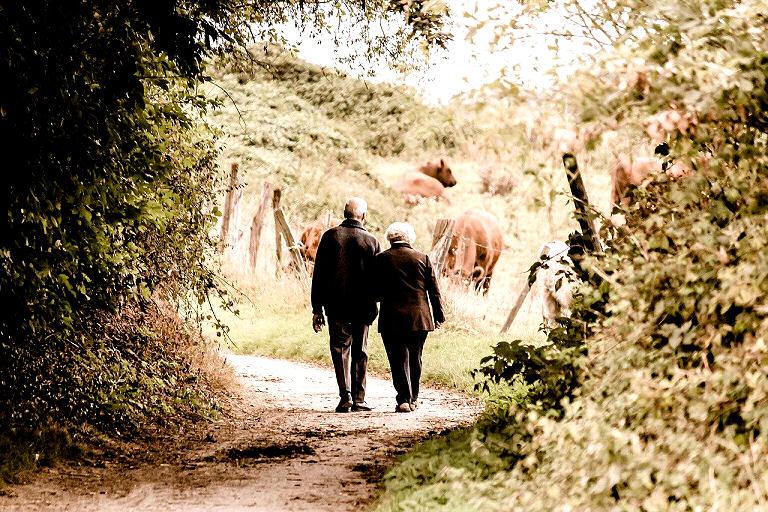 Ältere Menschen wie auch jüngere - Spazieren gehen tut allen gut!