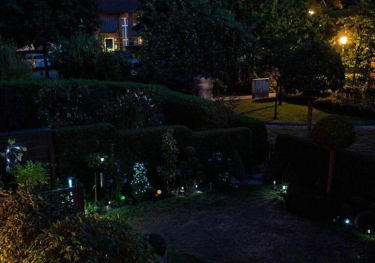 Romantische Gartenbeleuchtung bei Nacht