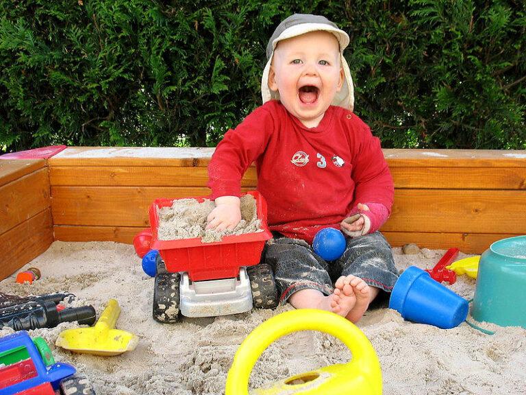 Spielgeräte aus Holz sind in, bei Sandkästen sowieso.