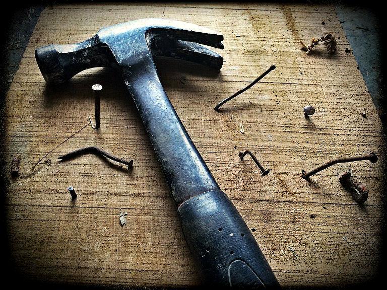 Hammer und Nägel - das geht schnell schief - auf den Daumen.