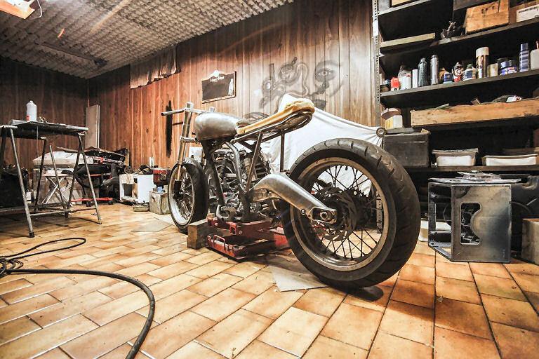 Robuste Fußböden beim Schrauben am Motorrad