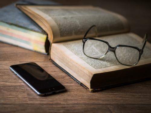 Wer lesen will braucht manchmal eine Brille und immer gutes Licht.