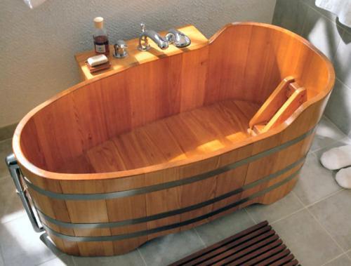 Eine Holzbadewanne aus Lärche zu fertigen, ist sehr aufwendig.
