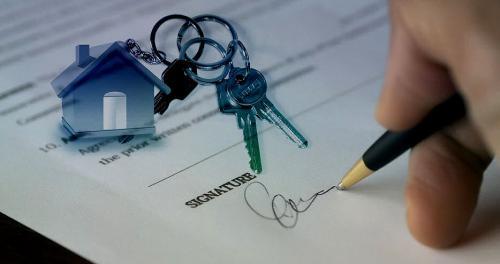 Wer ein Haus verkaufen will, nimmt sich am besten einen Makler zur Hilfe.