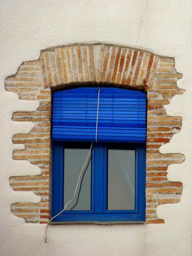 Mit einem Rollo vor dem Fenster erreicht die Hitze gar nicht erst das Fenster selbst.