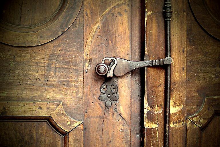 Schönen Design und natürlich Sicherheit - das war auch schon früher für Türen und Eingänge wichtig. Hier im Bild eine alte Kirchentür in Frankreich von innen.