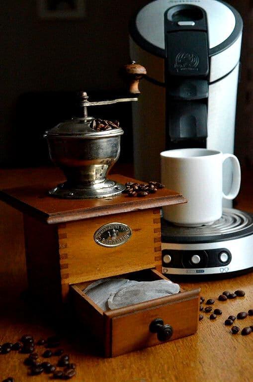 Kaffee aus einer Kaffeepadmaschine hat nicht nur geschmacklich Vorteile gegenüber normalem Filterkaffee.