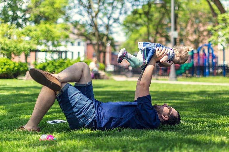 Wie ein schöner gesunder grüner Rasen braucht auch ein Kind viel Aufmerksamkeit.