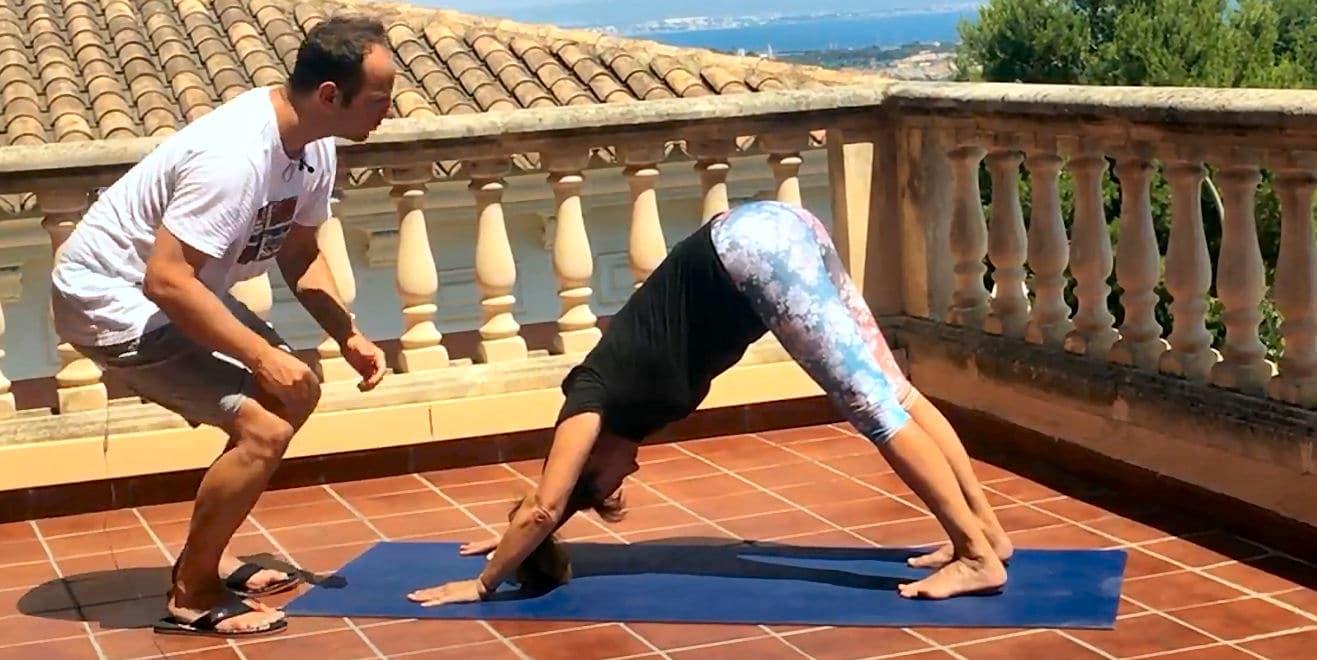 Yoga beugt Rückenschmerzen effektiv vor und kann sie auch oft heilen - hier der abschauende Hund.